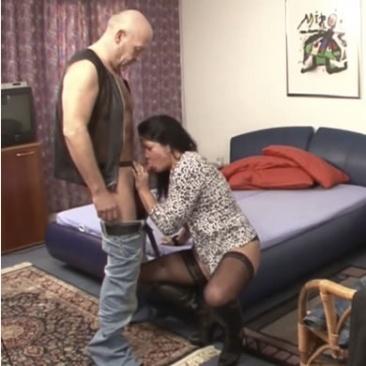 Német MILF és apuka kefél a hálószobában