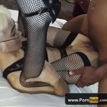 Amatőr MILF a szexpartneréhez öltözik
