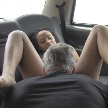 Szexi fekete csajt kefél a kanos taxis
